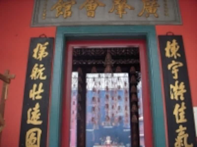 寺院の入り口に供えられた、独特のフォルムをした線香たち