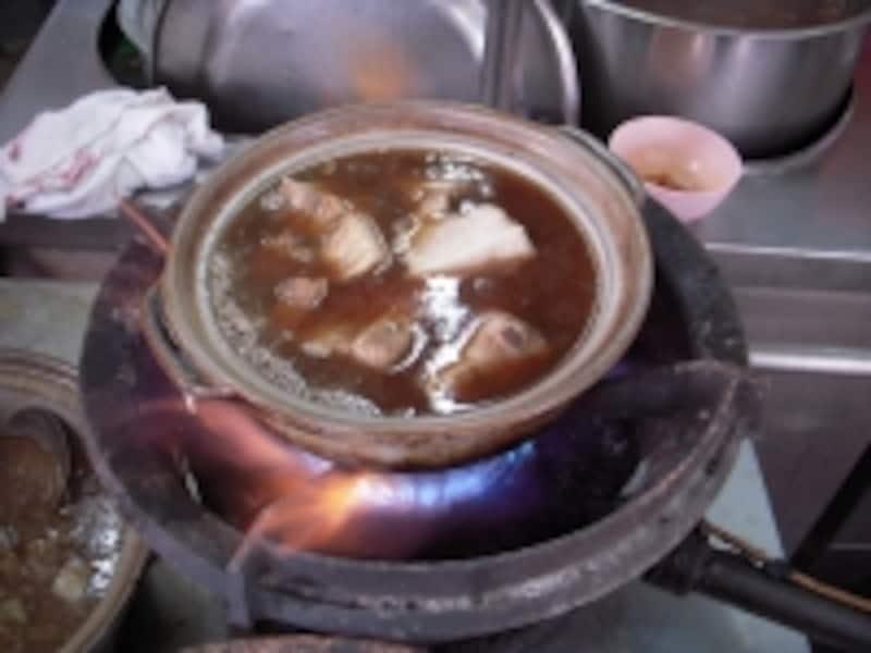 ぐつぐつと煮込んだ豚スペアリブは、とても柔らか。ご飯にかけてお茶漬け感覚で頂きます