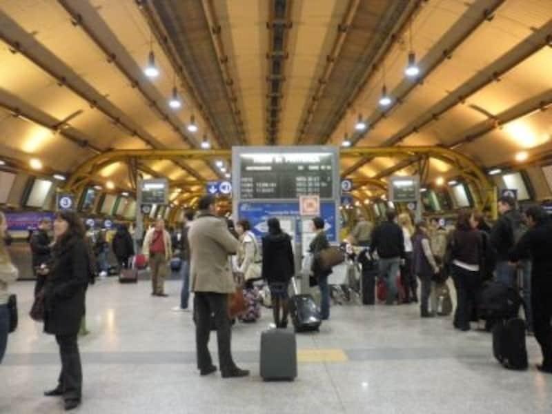 空港と連絡通路で結ばれた空港駅「FiumicinoAeroporto」。ローマ市内への電車はここから乗ります