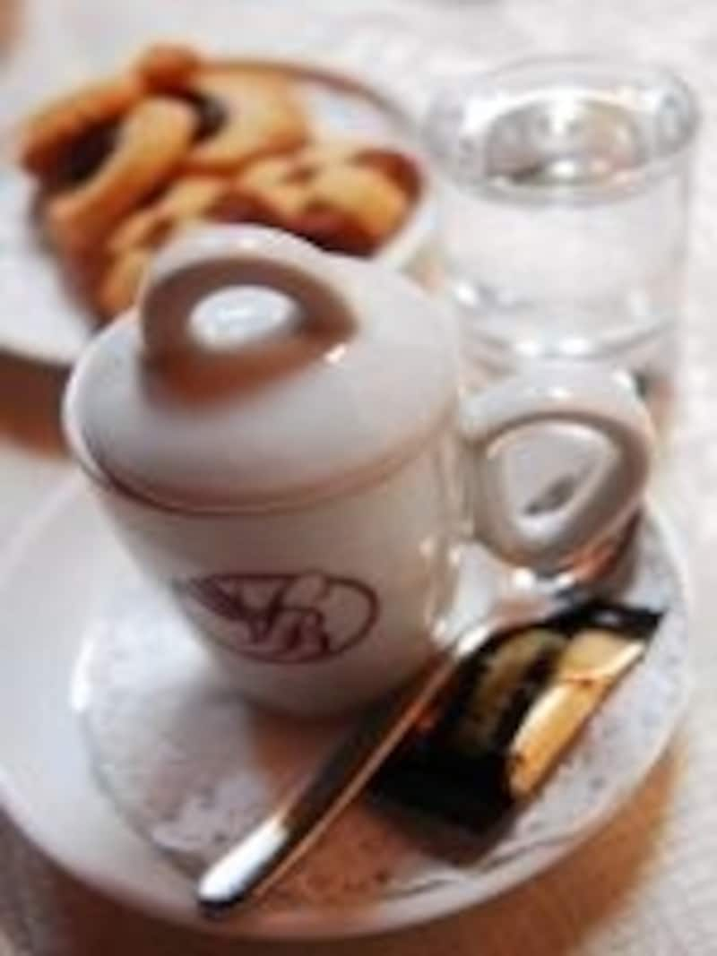 カッフェ(エスプレッソ・コーヒー)には、ちょっとしたドルチーニ(甘いお菓子)が添えられてます