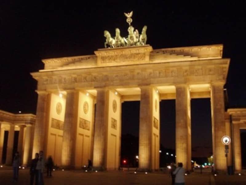夜のブランデンブルク門はライトアップされてロマンチック