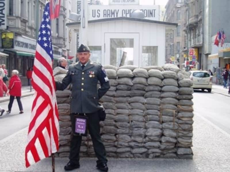 チェックポイント・チャーリー。なんちゃって米兵さんと記念撮影サービスもあります
