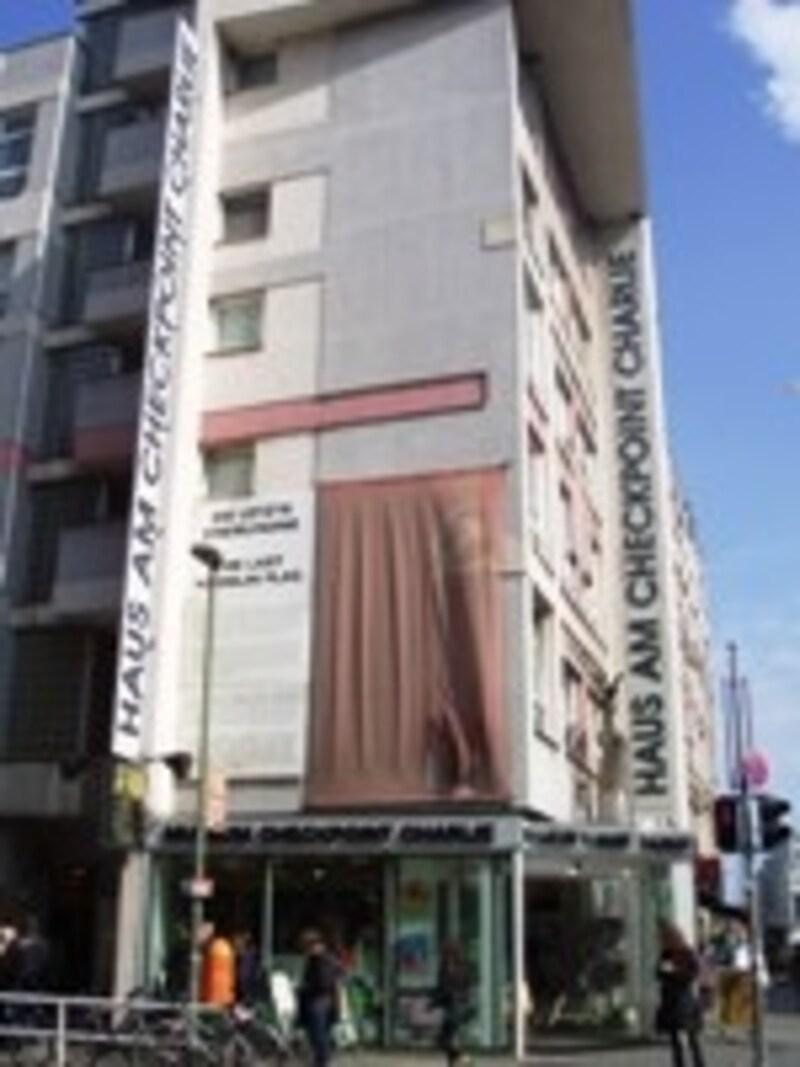 検問所隣の壁博物館