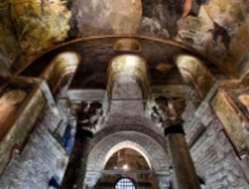 壁、天井の至る所にモザイク画やフレスコ画が