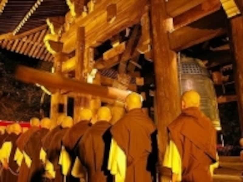 京都、知恩院の除夜の鐘は、自分ではつけず、僧侶がつくのを見学する