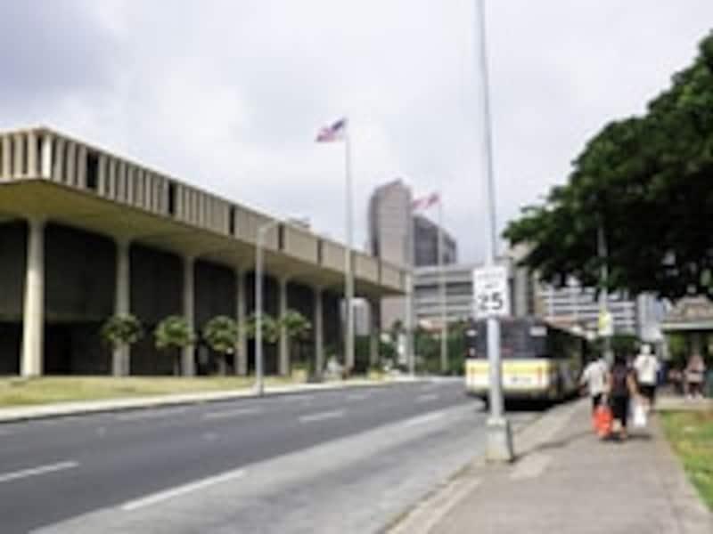 画像左が州政府庁。ダウンタウンの歴史散策は、このバス停からスタート