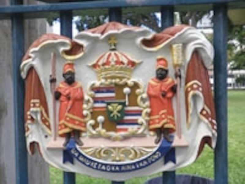「大地の生命は、正義によって守られる」の言葉が刻まれた王国の紋章。宮殿の門扉に飾られている