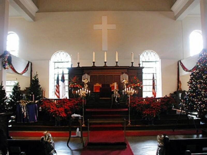 ポインセチアとツリーに囲まれたホリデーシーズンの祭壇。現在は、ハワイアンウエディングの人気スポットに