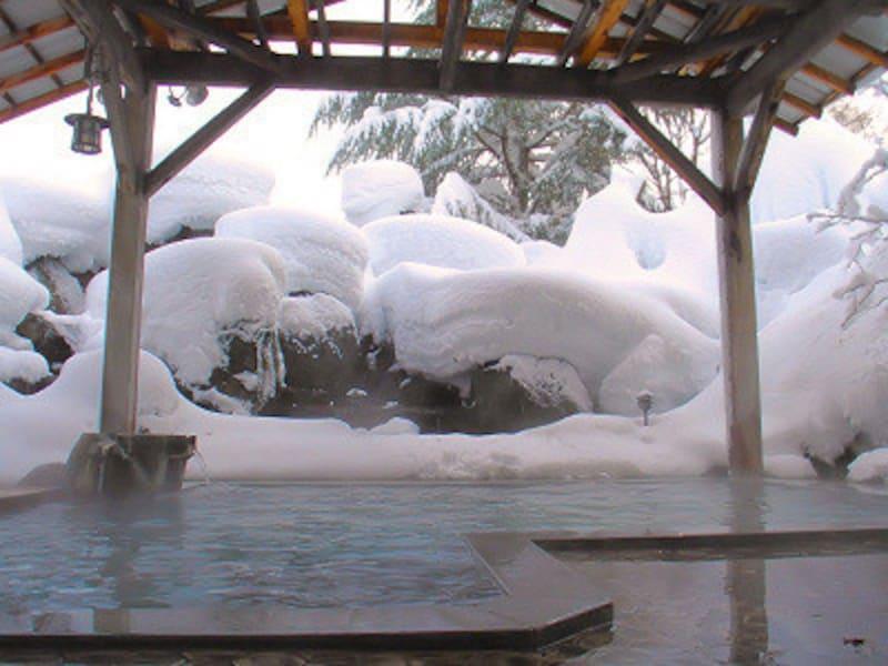 小野川温泉河鹿荘の庭園露天風呂せせらぎの湯。冬は雪見三昧!