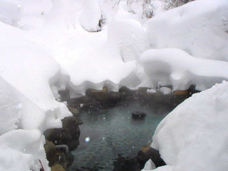 白布温泉東屋の男性露天風呂。大雪でも熱い露天風呂は健在!