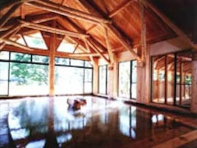 青森ヒバ造りの大浴場は開放感たっぷり!