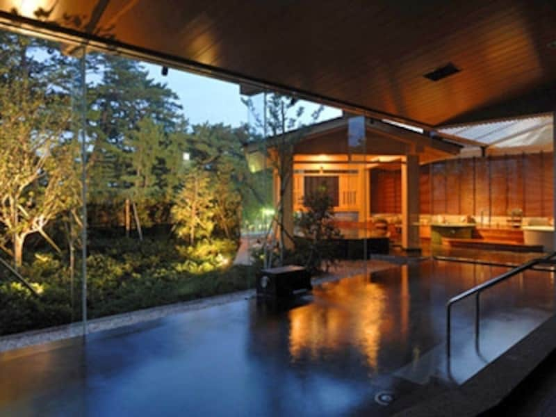 庭園露天風呂には2つのかけ流しの湯船も