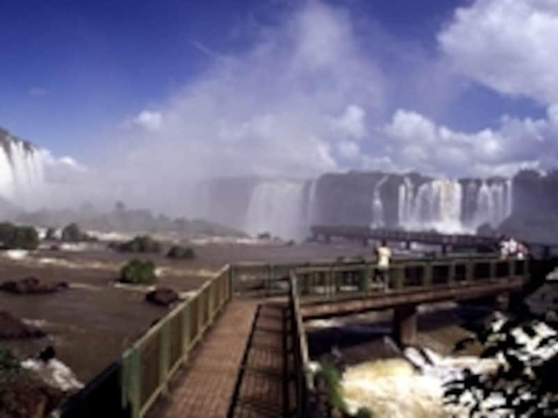 ブラジル側、サンタマリア滝の上の遊歩道 ©牧哲雄