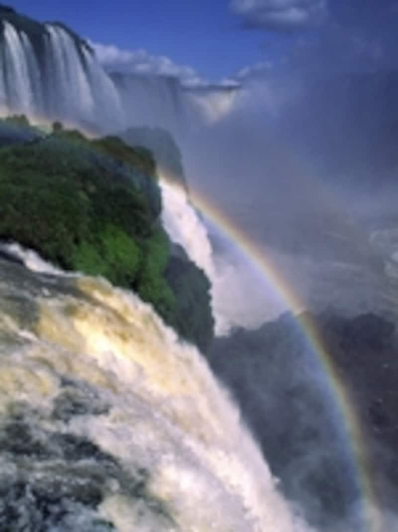 連なる滝と虹 ©牧哲雄