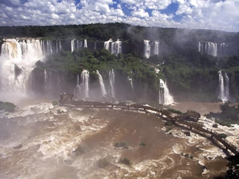 イグアスの滝に伸びる遊歩道。雨季、水量の多い日は立ち入り禁止になることもある ©牧哲雄