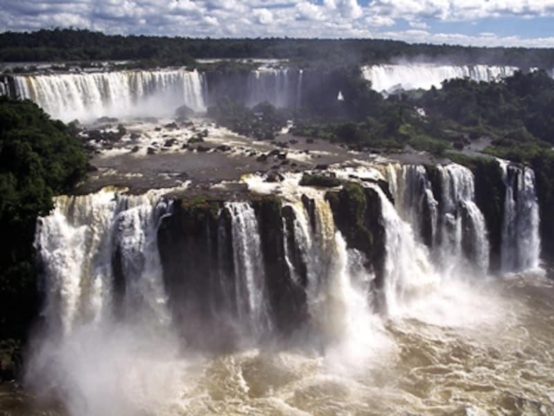 上の滝がリバダビア滝、下が三銃士滝と二銃士滝。ブラジル側から眺めた景色 ©牧哲雄
