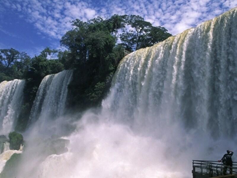 アルゼンチン側の遊歩道から眺める大迫力のボセッティ滝 ©牧哲雄