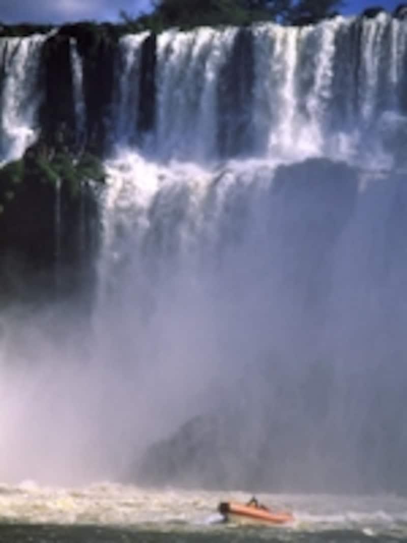 アルゼンチン側から見たビグア滝。ボートは滝の真下をくぐり抜ける ©牧哲雄