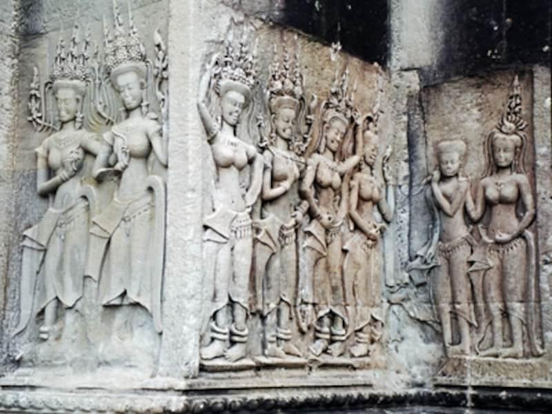 セクシーなアンコール・ワットの女神像デヴァダー。アンコールには2,000体以上のデヴァダーがあるが、同じ表情、同じ姿のものはないといわれている