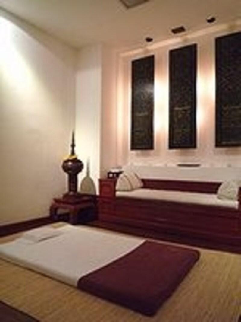タイ古式マッサージ用の個室。広いだけでなく天井も高く寛ぎ度満点