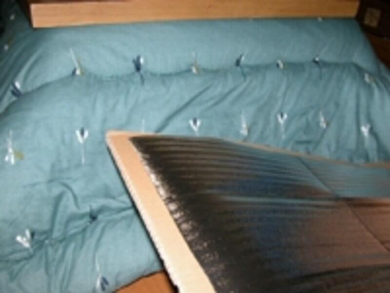 コタツやホットカーペットの下に断熱効果のあるものを