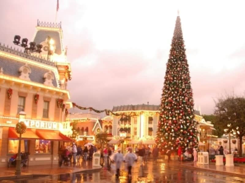 ディズニーランドメインストリートUSAのクリスマスツリー