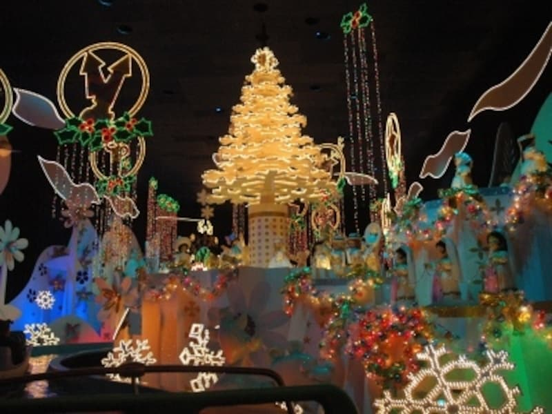 クリスマス気分を盛り上げてくれるイッツ・ア・スモール・ワールド内