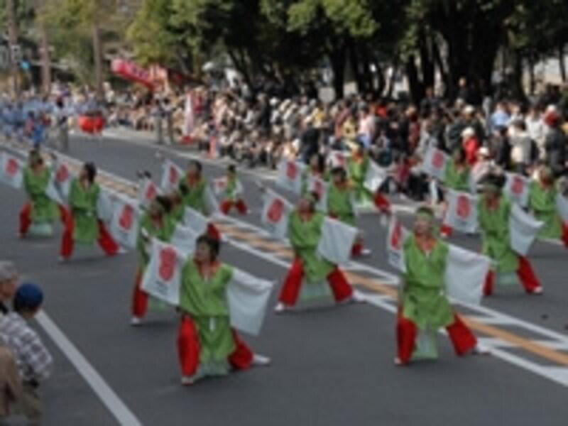 太古の衣装がパレードを盛り上げる