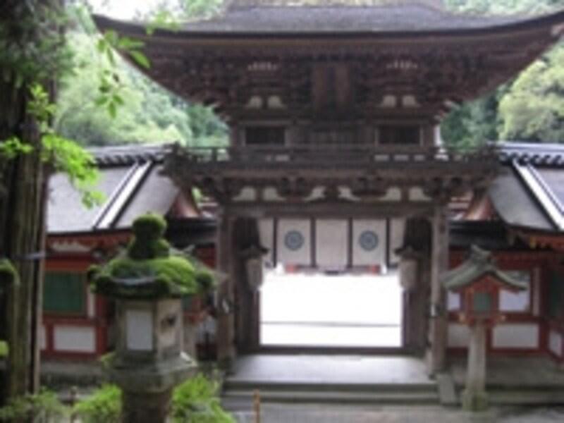 荘厳な佇まいの門がまえが象徴的