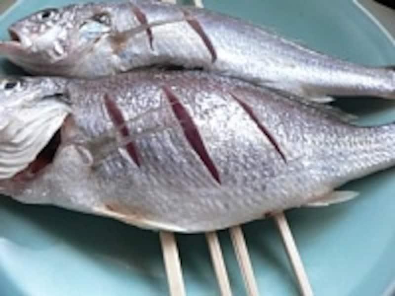 下ごしらえをした魚を皿ごと蒸し上げる「白身魚の姿蒸し」