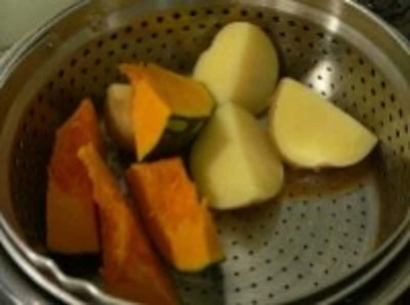 蒸し器にもなれば、野菜やパスタを茹でるのにも便利に使える鍋