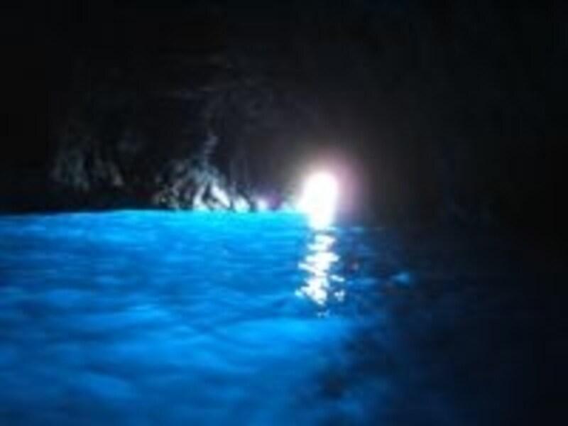 神秘的な青の洞窟。春から夏が最も見られる確率が高くなります