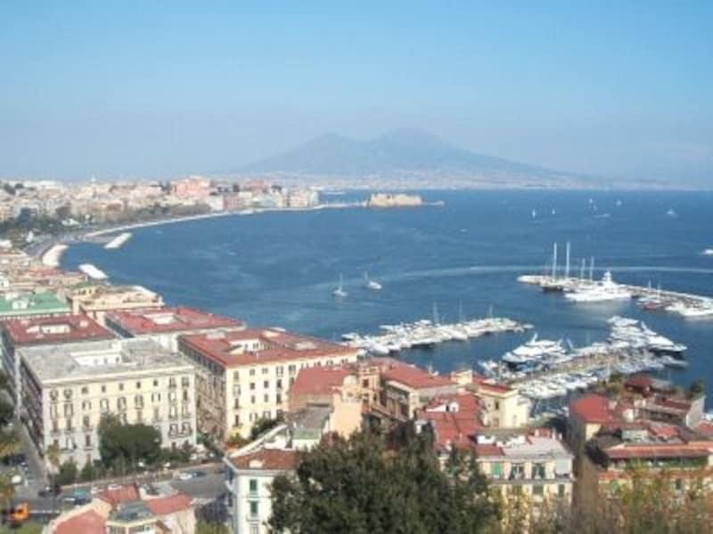 「ナポリを見て死ね」と歌われる風光明媚なナポリ湾。南イタリアの入り口となります。