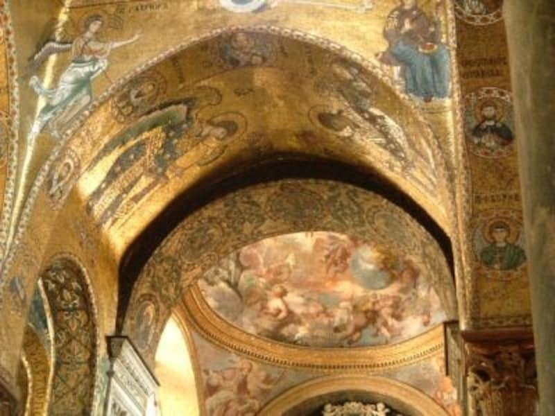 時代と異文化が層を織りなすエキゾチックシティ・パレルモ。マルトラーナ教会の天井を覆うビザンチン様式の黄金のモザイク