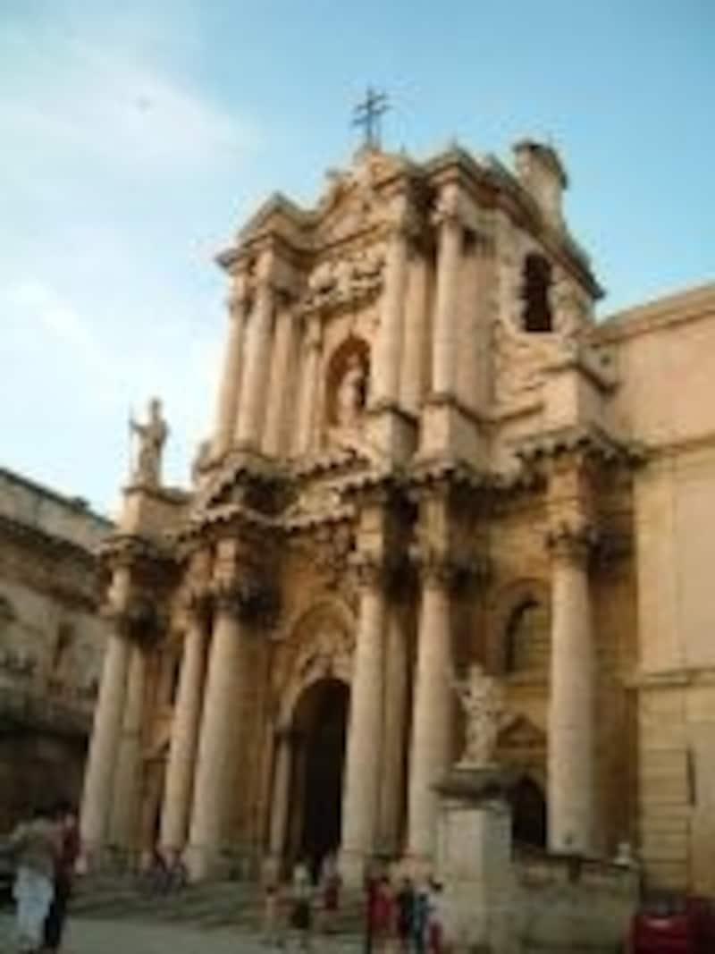 オルテージャ島にある大聖堂ドゥオモ。荘厳なバロック様式の教会は、夜のライトアップも素敵