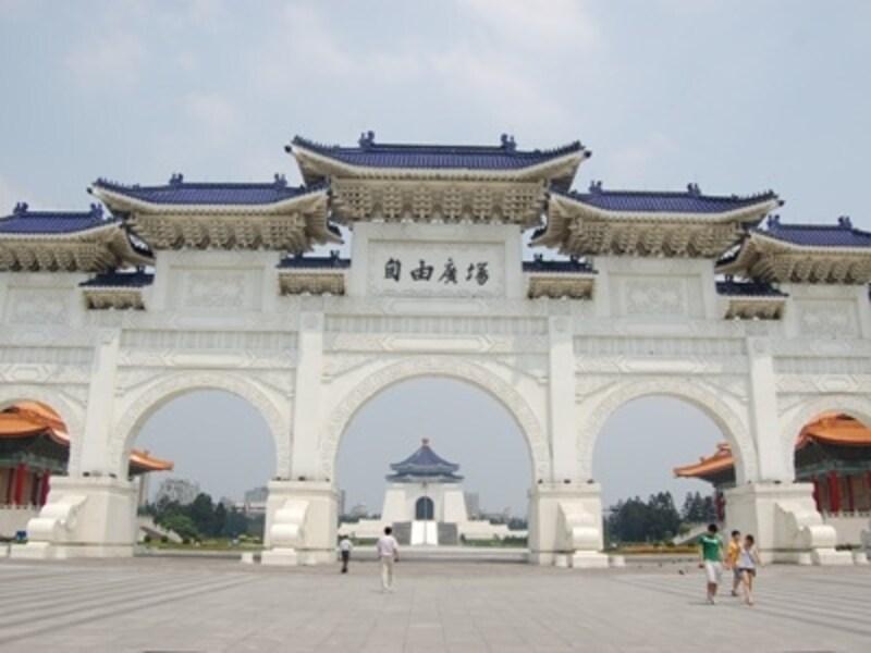 スケールの大きさに誰もが驚く中正紀念堂は一見の価値があります