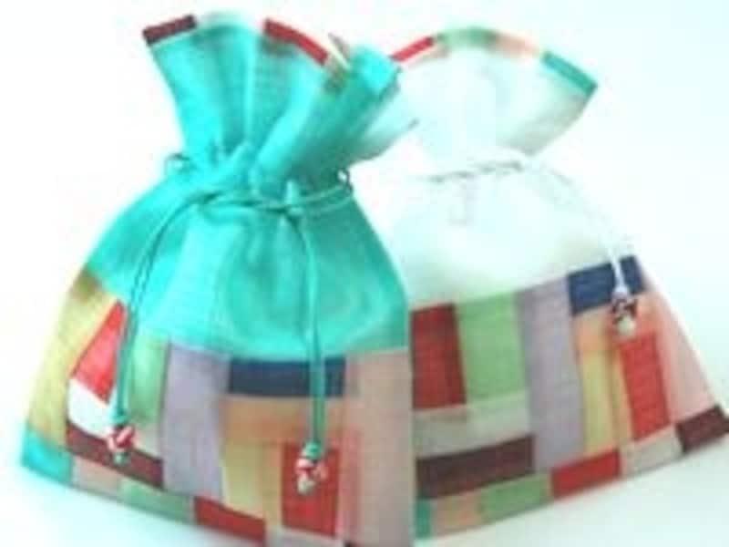 透け感が美しい巾着袋。パッチワークがアクセントとなってキュート