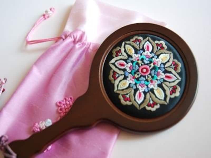 繊細な刺繍が美しい手鏡。