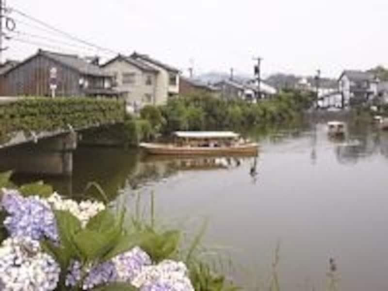 松江城のお濠を進む遊覧船「ぐるっと松江堀川めぐり」(1999年7月撮影)