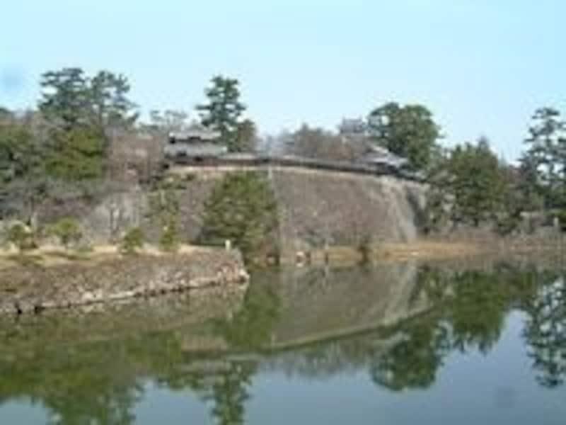 2001年に復元された南櫓、中櫓とその奥に見える天守閣(2008年3月撮影)