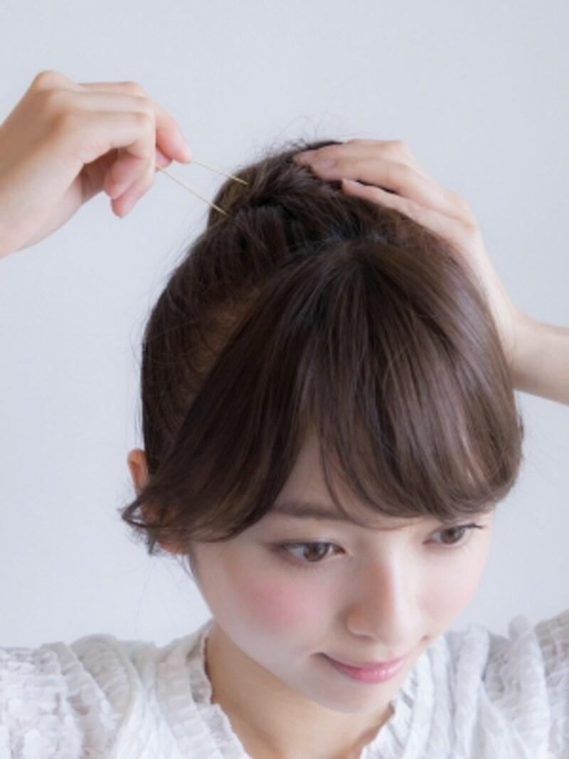 頭皮に垂直にピンをあててから毛束とベースの髪を両方合わせて留めていく