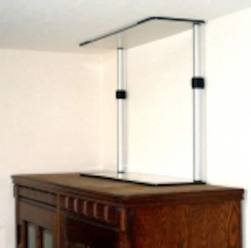 寝室の家具は必ず固定して。面で押さえるタイプの商品もある(ぼうさい館)