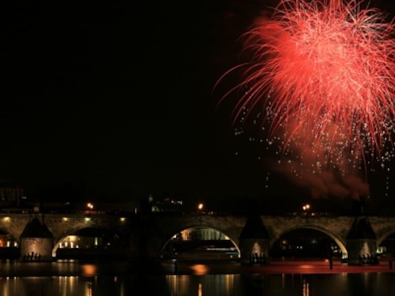 カレル橋を彩る新年の花火