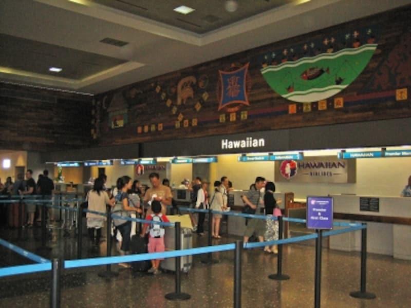 ターミナル2のハワイアン航空チェックインカウンター