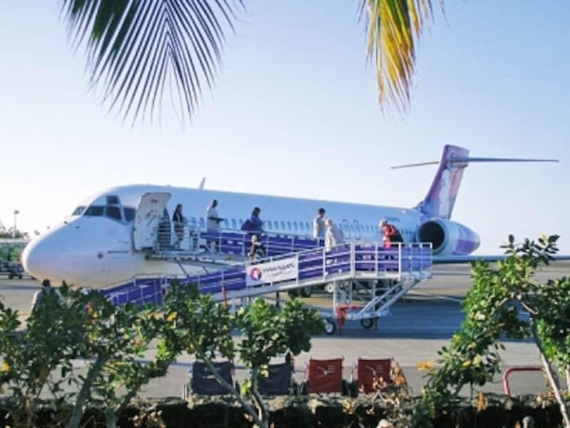 タラップを使って乗り降りするエリソン・オニヅカ・コナ国際空港