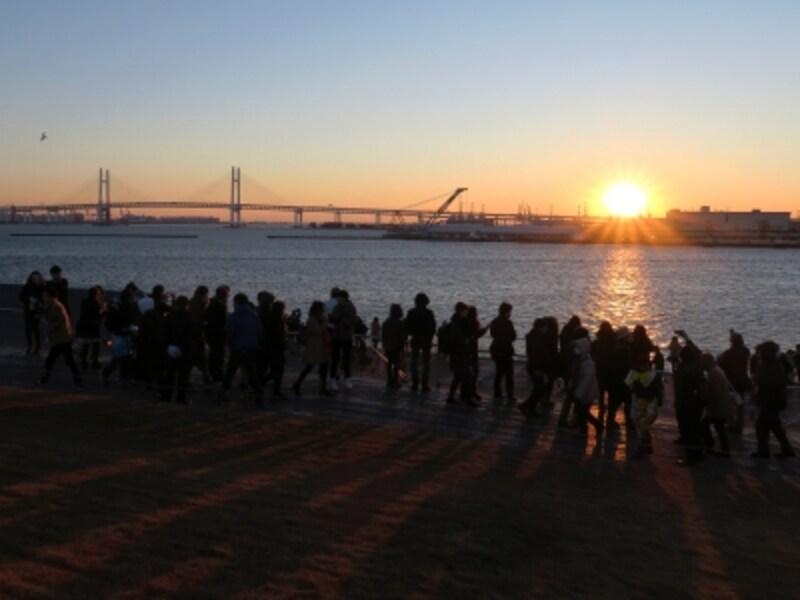 横浜港大さん橋国際客船ターミナル屋上から見た初日の出(2016年1月1日撮影)