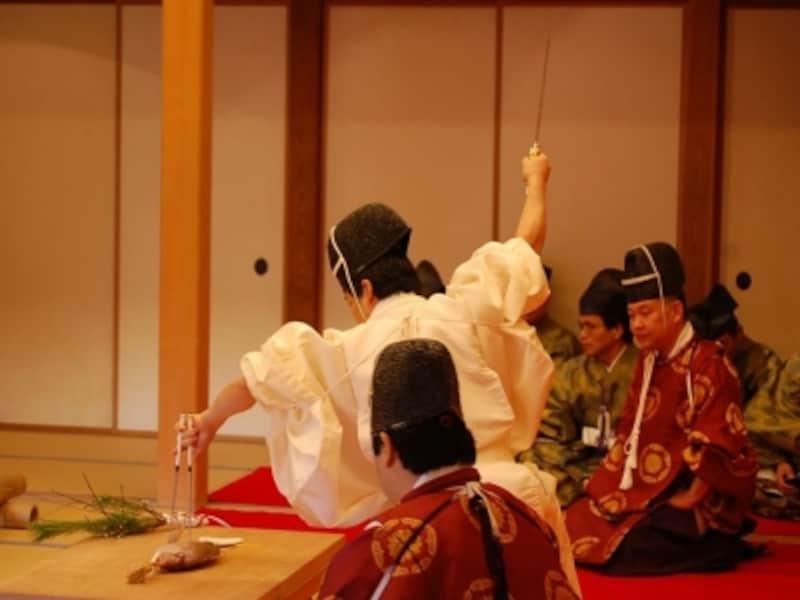 1月2日に行われる「包丁式」の様子。食材には手を触れず箸と庖丁のみで魚やや鳥をさばく、平安時代にその作法が確立したとされる伝統儀式(画像提供:三溪園)
