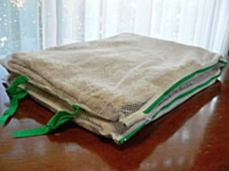 上のネットを畳んだ様子。丸型より多くの面が洗剤水に触れるメリットがあります