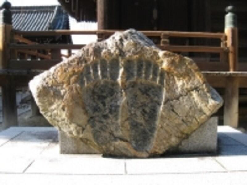 巨大な足跡の付いた岩。これも七不思議の1つです