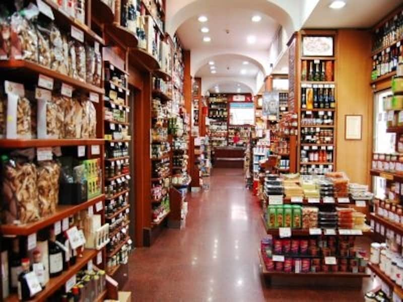 お土産選びに食材店やスーパーマーケットは見逃せませんよね。写真/カストローニ店内